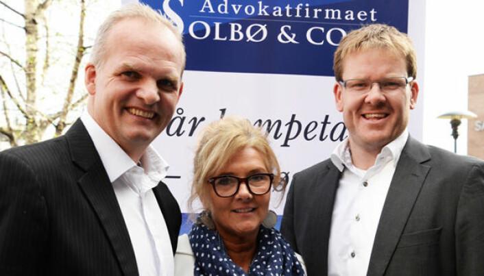- Vi får inn samtaler fra hele landet, og ønsker kontakt med advokater i Kristiansand, Stavanger, Bergen, Ålesund, Trondheim, Bodø og i Tromsø som vi kan henvise saker til, sier Birgitte Solbø. Her med mannen Torkjell (til venstre) og advokat Magnus Frøysaa.