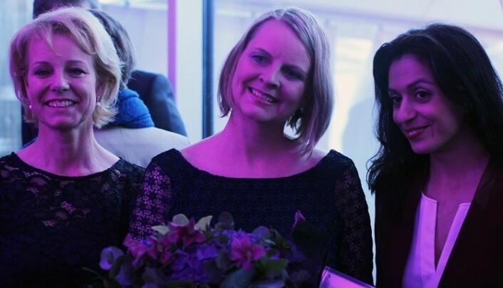 – Det skal være gøy på jobb, sier mottaker av talentprisen, Lise Marken Aasterud. Her sammen med generalsekretær i Advokatforeningen, Merete Smith, og Hadia Tajik. Foto: Thea N. Dahl