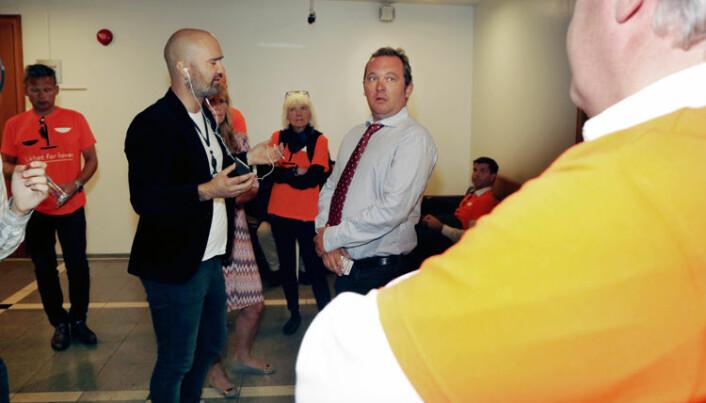 Erling Mehus innrømmet overfor VG at han var «litt bitter» på Advokatforeningen. Her veksler han blikk med advokat Kim Gerdts (med ryggen til) mens han blir intervjuet av VGs journalist Gordon Andersen.