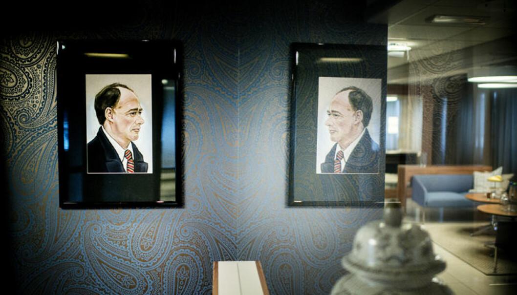 Portrettet av faren, John Elden, har plass på kontoret. Også John Christians bestefar var jurist.