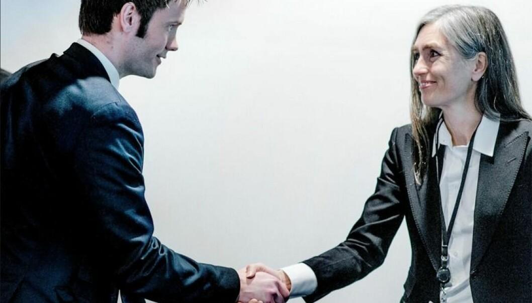 Advokatlovutvalgsleder Bergljot Webster overrakte lovforslaget til statssekretær Vidar Brein-Karlsen (FrP) i mars 2015. Foto: Henrik Evertsson