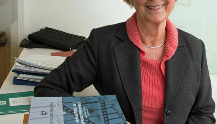Elisabeth Wille har skrevet «Organisering av advokatvirksomhet» og viser både til boken og til Advokatforeningen for hjelp og informasjon.