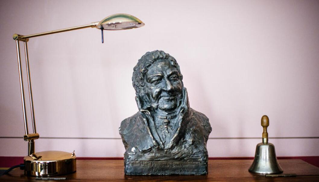 En liten byste av Norges første jusitiarius, Johan Randulf Bull (født 1749, død 1829) er å finne på en hylle på Øies kontor.