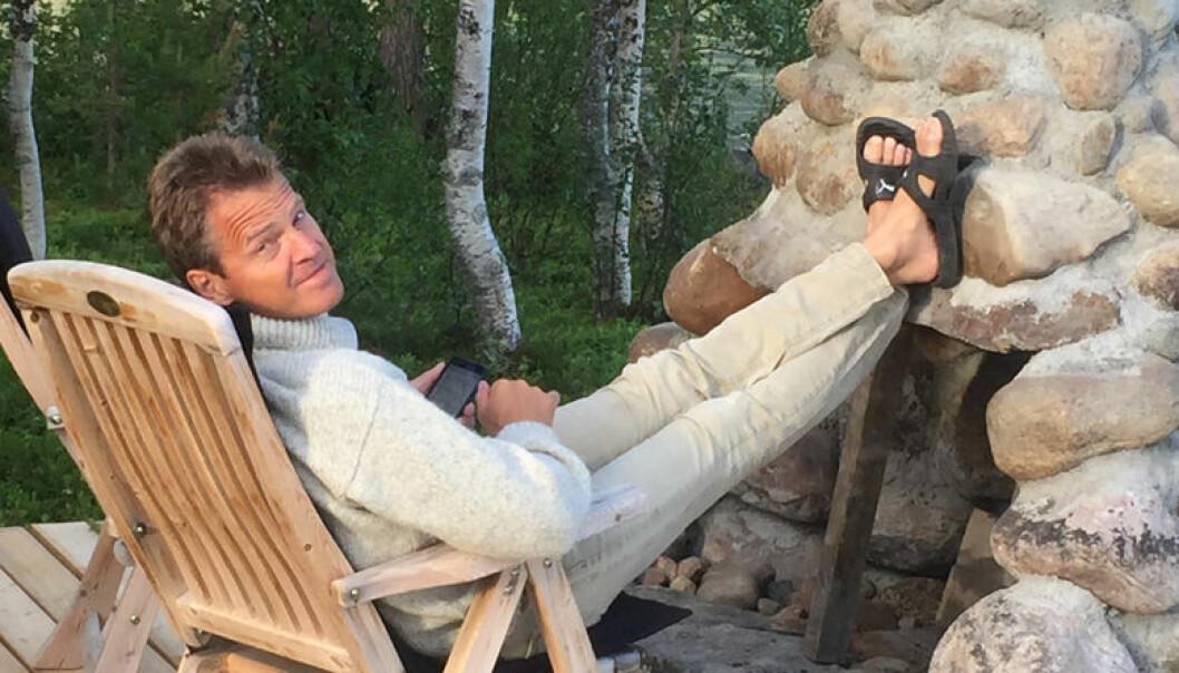 Når Jens Johan Hjort ikke fordyper seg i hjemmelekser fra forgjenger Erik Keiserud og Advokatforeningens generalsekretær Merete Smith,  slapper han gjerne av foran sin selv-lagde utepeis. Foto: Privat