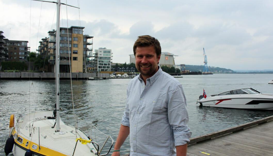 Partner i Wikborg Rein, nyter sommerferie i Norge når han har fri fra jobben i England. Her fra bryggen i Tønsberg. Foto: Henrik Skjevestad