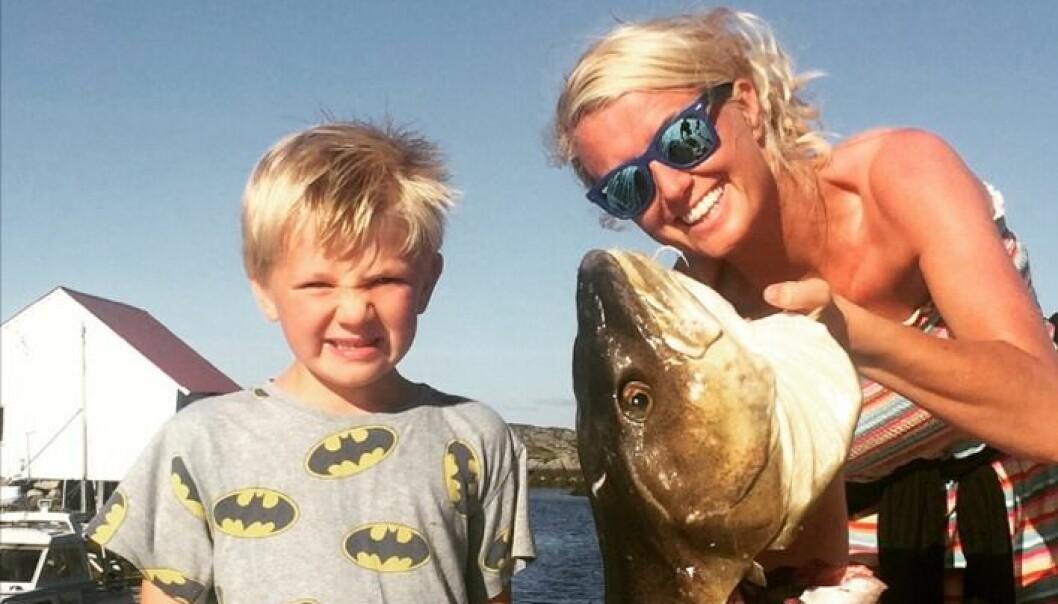 Randi og sønnen Herman med en selvfisket torsk på tolv kilo.
