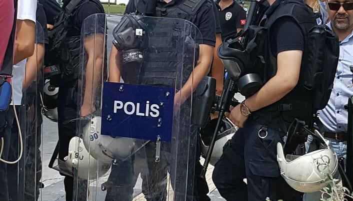 Politiet sperret veien for journalister, advokater og observatører utenfor Høyesterett i Ankara. Foto: Privat