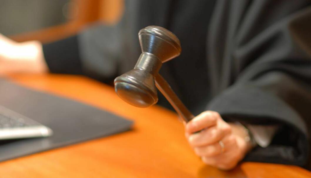 I sitt tilsvar gjentok dommeren identifiseringen av klager og klient, noe som viser at dommerens formulering var en bevisst handling, mener Tilsynsutvalget for dommere.