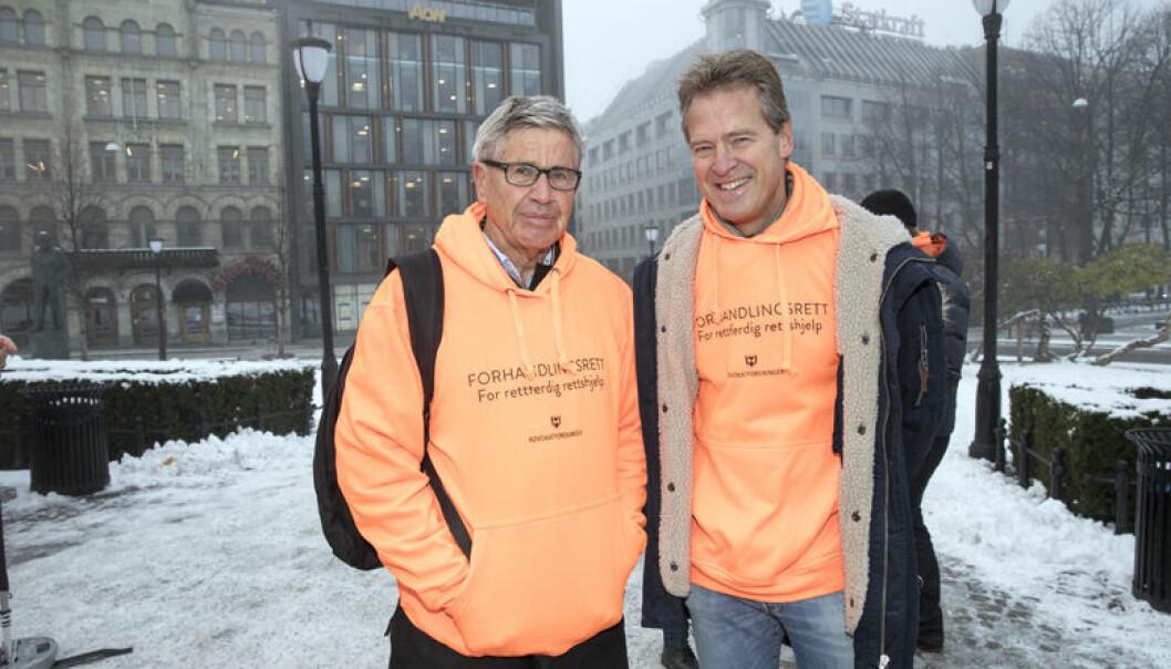 Advokatforeningens forrige leder Erik Keiserud (t.v.) og nåværende leder Jens Johan Hjort aksjonerte for å få forhandlingsrett om salærsatsen foran Stortinget i november i fjor. Foto: Fadum