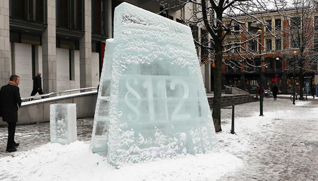 Utenfor Oslo tinghus hadde miljøaktivistene satt opp en isskulptur.