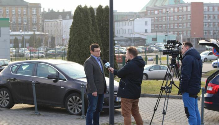 <html><head></head><body> Et TV-team fra den reklamefinansierte kanalen TVN24 var på plass i Katowice samme dag som Advokatbladet for å prate med Krystian Markiewicz om dommerutnevnelser i polske domstoler.</body></html>