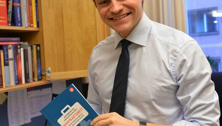 Frølich er fornøyd med at han i sin første periode på Stortinget skrev en juridisk lærebok om kontraktsrett, sammen med Hans Kjellby. – Jeg har stor arbeidskapasitet, sier han.