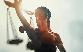 Tok ut søksmål for å beholde advokatbevillingen