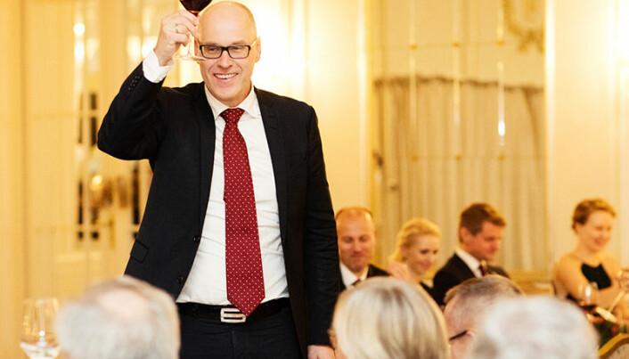 Hallvard Østgård er kjent som en munter mann som gjerne griper ordet i festlige lag. Her fra Advokatforeningens årstalemiddag i fjor, der han utbragte en skål. Foto: Monica Kvaale
