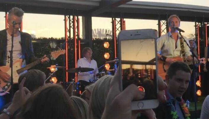 IDYLL: Flere av gjestene benyttet sjansen til å sende bilder og videoklipp av Arne Hurlen, vokalist i Postgirobygget, sin opptreden.