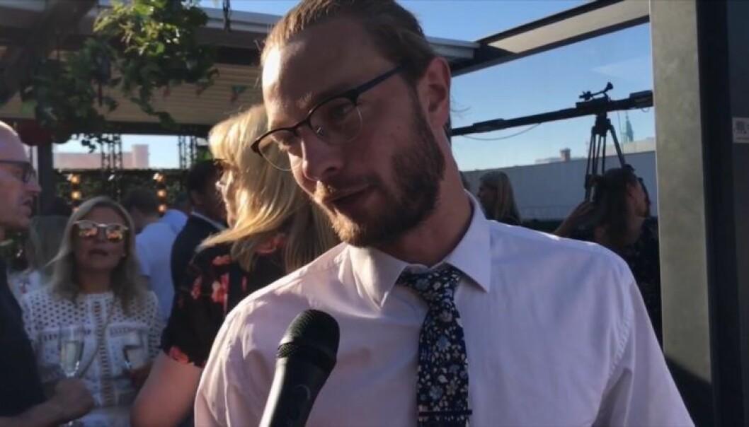 Advokat Steven Tilley prioriterer ikke saker under offentlig salærsats fordi han mener det er for lite penger å hente. Foto: Henrik Skjevestad