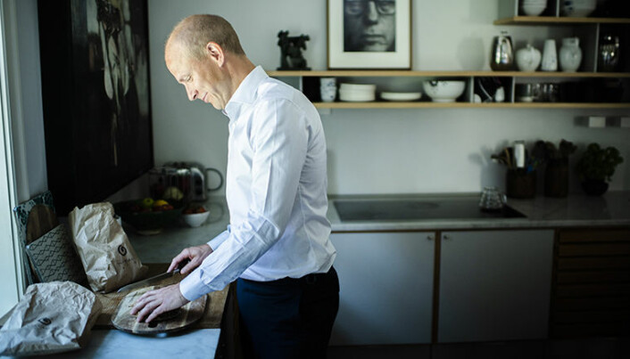 På kjøkkenveggen henger et oljemaleri av Benjamin Bergman. Tyrhaug kjøpte det for sine første feriepenger som advokatfullmektig i Thommessen.