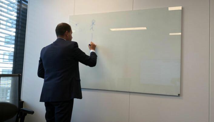 <html><head></head><body> Truls Ole Baklid, administrerende direktør i Ayfie, illustrerer hvordan selskapets søkemotor er bygget opp. Foto: Thea N. Dahl</body></html>