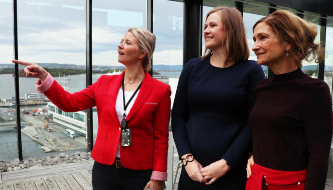 Mentor og partner Marit Barth, advokat og mentee Hanne Reese Holm og talentutvikler Cecilie Klæboe er alle enige om at advokatbransjen ofte er veldig tradisjonell og hadde tjent mye på en fornyelse. Her i PwCs lokaler i Barcode i Bjørvika.