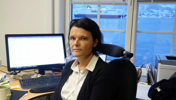 <html><head></head><body> Fra kontoret sitt på Sortland har advokat Trude Marie Wold panoramautsikt til Hurtigrutens innseiling. Foto: Henrik Skjevestad</body></html>