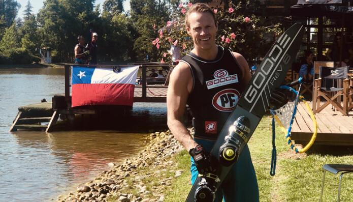 – Det er vanskelig å skulle slutte med noe man er blitt skikkelig god i - selv med en krevende jobb ved siden av, sier Anders Foss som årlig har totalt omtrent 180 dager på vannet, inkludert både konkurranse og trenings-dager. Her fra VM i Chile før jul. Foto: Privat