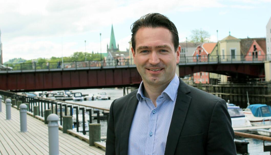 Advokat Andreas Messelt Ekker er en av få advokater i Norge som spesialiserer seg på idrettsjus. Foto: Henrik Skjevestad