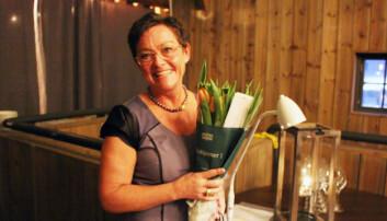 Elna Holbye fikk blomster og gode ord på veien som takk for sin langvarige innsats for kretsens styre.