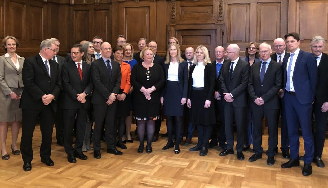 Seksten av Høyesteretts tjue dommere var tilstede på mottagelsen, samt ti advokater. I midten justitiarius Toril Marie Øie.
