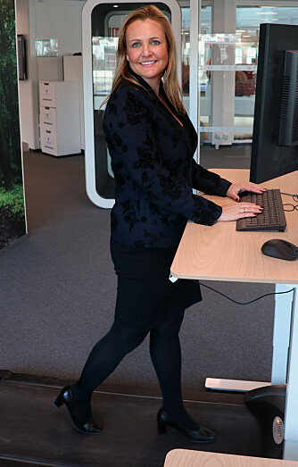 - Jeg jobber ikke noe mindre nå, men det er mer forutberegnelig her, sier Katrine Hverven Sontum, som gjerne arbeider ved en av Coors pulter med egen tredemølle.