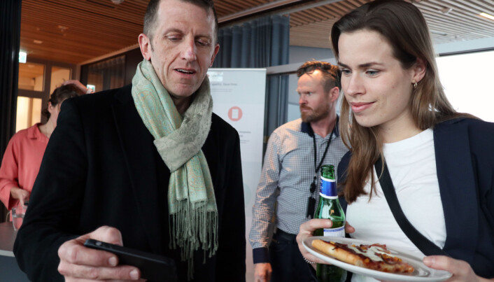 Nicholas Hawtin viser frem Nordic Legal Tech Hub til en av Advokatforeningens fagkonsulenter, Silje Ljåstad.
