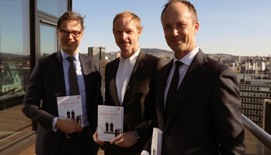 """De tre prosessadvokatene Kaare Shetelig, Christian Reusch, og Ola Ø. Nisja og , står bak den ferske boken """"Ærede rett"""" som ble lansert denne uken."""