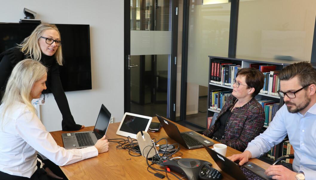 Som juridisk direktør i Telenor er Siri Birgitte Bang Berge (bakerst) sjef for Telenors internadvokatavdeling, som i alt består av trettifire ansatte på Fornebu utenfor Oslo, og i Bangkok.