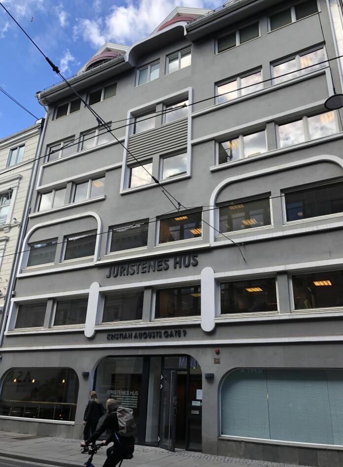 Advokatforeningen leier i dag ekstra lokaler i bygningen til venstre på bildet.