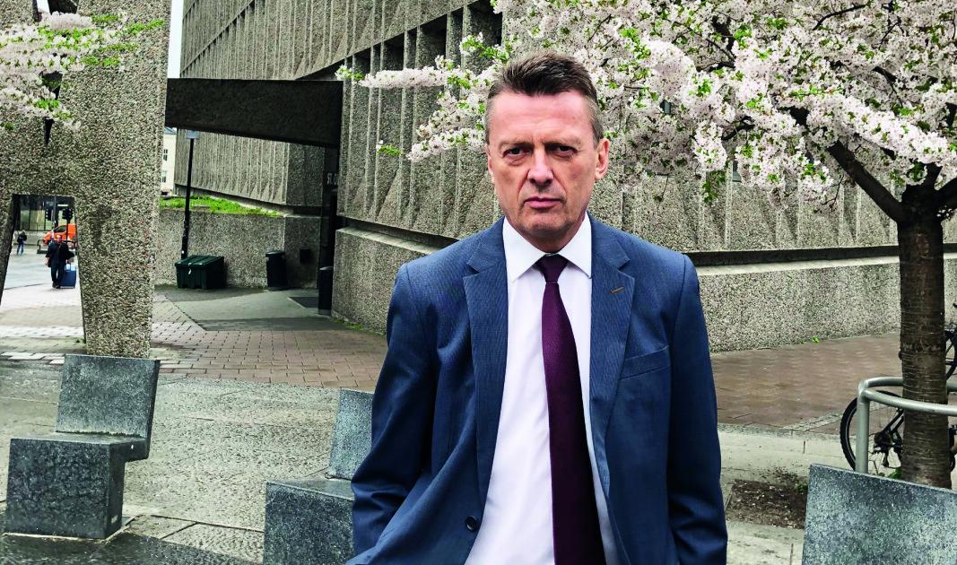 Brynjulf Risnes har tidligere arbeidet som forsker ved Norsk Utenrikspolitisk Institutt, og snakker flytende russisk og har ført flere saker med tilknytning til Russland og den tidligere sovjetunionen.