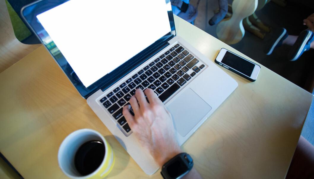 Ifølge innleggsforfatterne bør man være varsomme når man bruker eksempelvis Skype i jobbsammenheng. Foto: iStock/Nikuwka