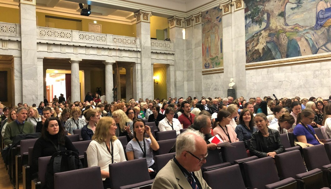 Konferansen åpnet i Universitetets aula i morges, her rett før statssekretær Paul Chaffey gikk på talerstolen for å ønske velkommen. Foto: Thea N. Dahl