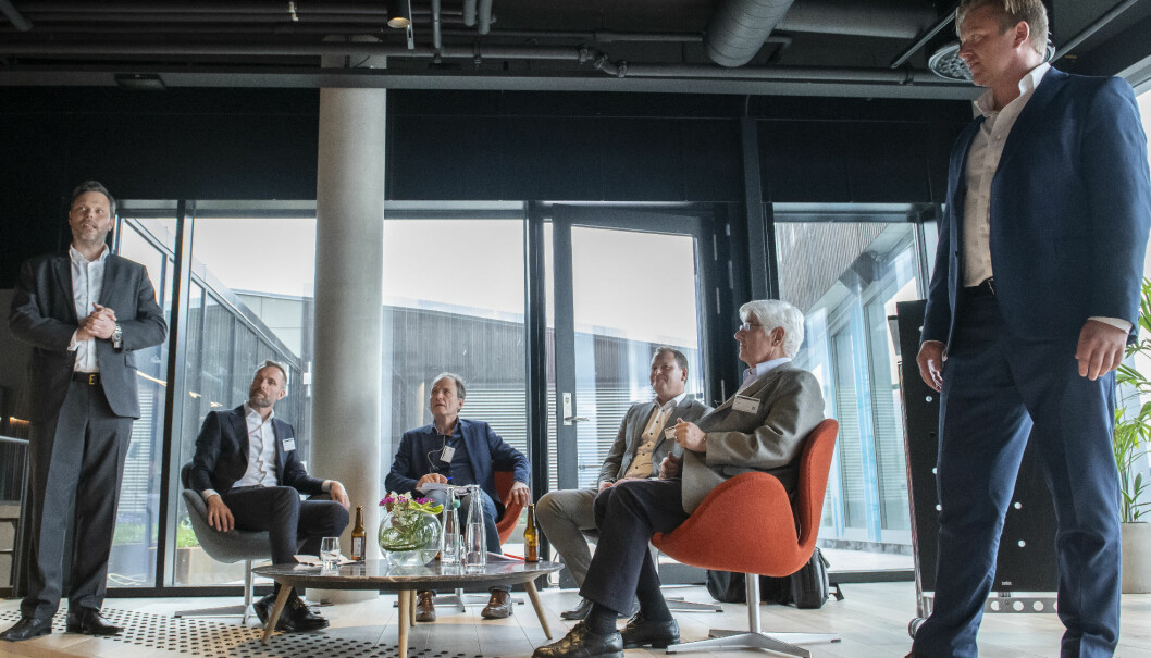 Ræder-advokatene Nils Lie (til v.) og og Ole André Oftebro ønsker velkommen. Sittende, fra v. Tron Dalheim, Christen Horn Johannessen, Kurt Weltzien og Stein Evju. Foto: Katrine Lunke
