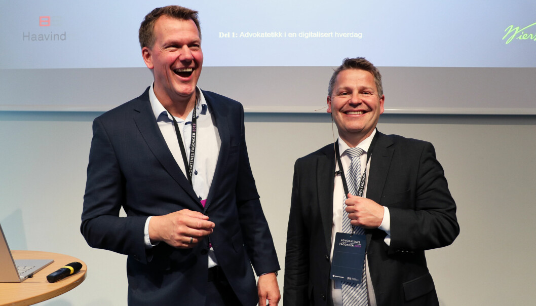 Johnny Johansen og Ronny Lund illustrerte hvordan man kan havne på kanten med Regler for god advokatskikk uten tilstrekkelig digital kompetanse. Foto: Thea N. Dahl