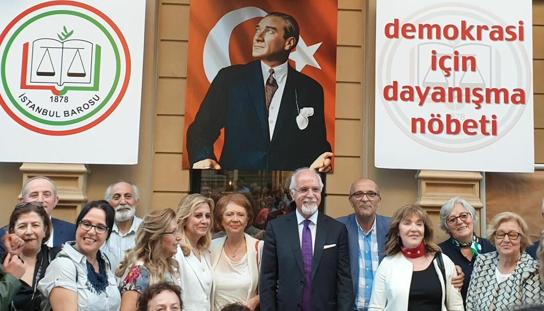 Lederen i Istanbuls advokatforening Mehmet Durakoğlu (i midten med skjegg) på en demokrati-markering i Istanbul. Foreningen støtter ingen bestemte kandidater, men vil overse at valget foregår på en ryddig og demokratisk måte. Foto: Privat