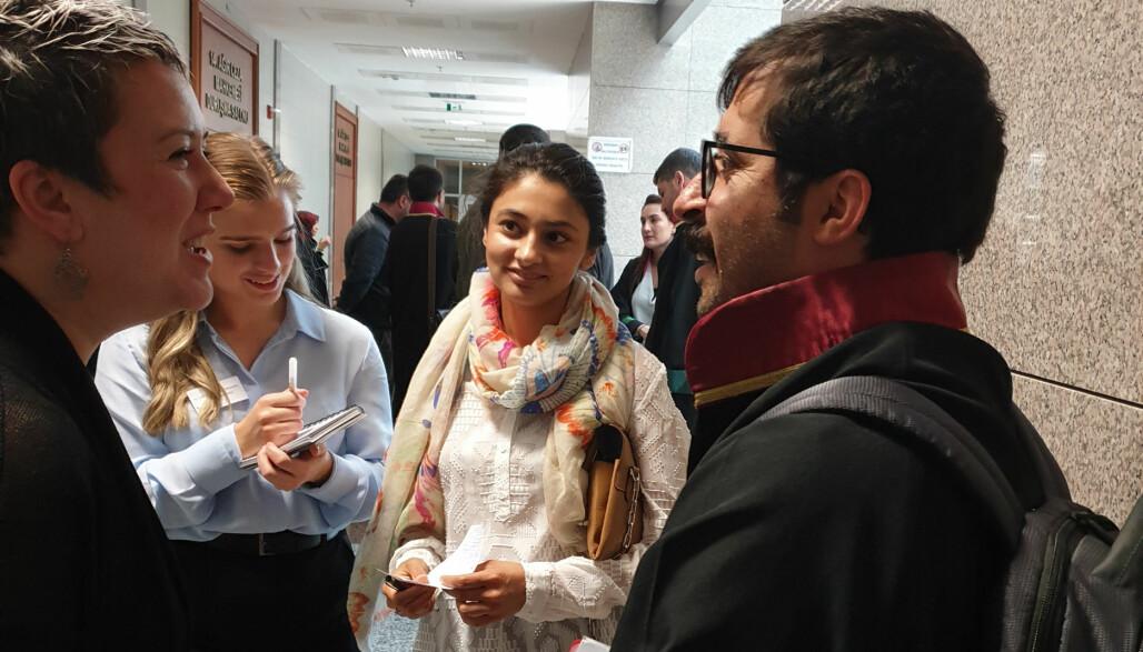 Fra v. Berna Akkizal, tolk og menneskerettsforkjemper, Synøve Glesaaen fra ICJ studentnettverk Bergen, Kiran Aziz fra ICJ Norge og en av de tyrkiske forsvarerne i den rettslige høringen. Foto: Privat