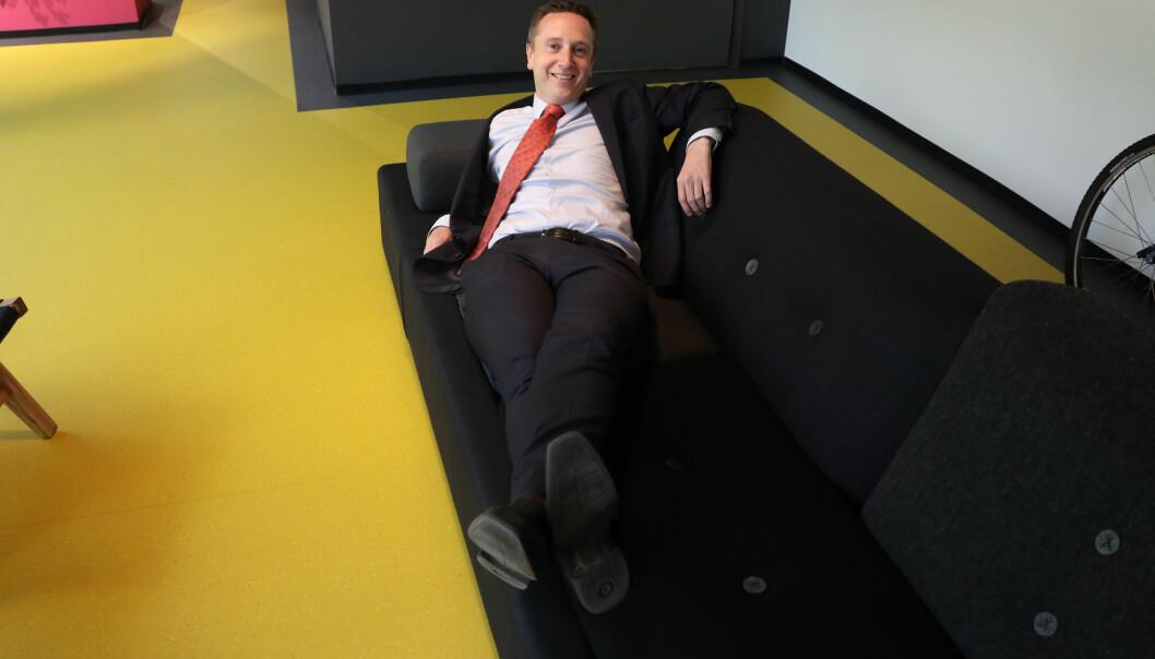 I de nye lokalene er det også mulig å ta seg en strekk på sofaen. - Her mangler vi bare et sjakkbrett, sier Bae - som i tillegg til advokatkarrieren, også er velkjent sjakkekspert i NRK.
