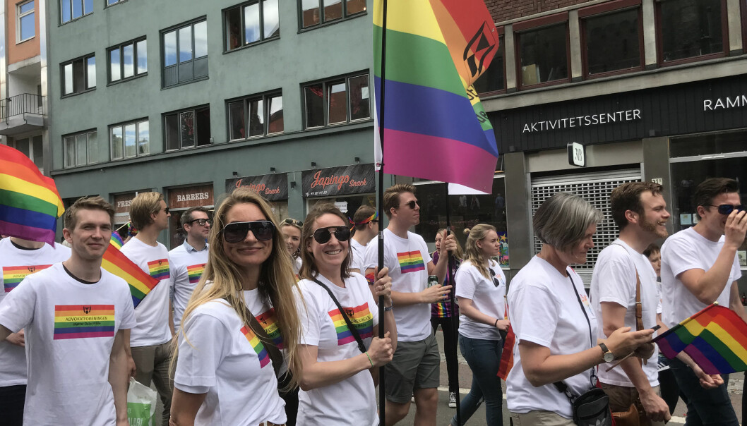 God stemning blant de som gikk bak Advokatforeningens parole i Oslo Pride-paraden.