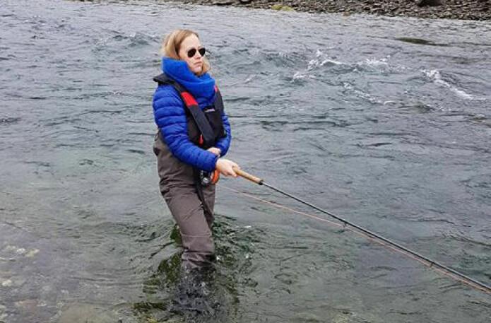 Birte Hansen Nordgård på fluefiske i Jægervasselva i Nord-Troms. Hennes hobbier er fluefiske, klatring, randoneeski og fjellturer, samt svømming.