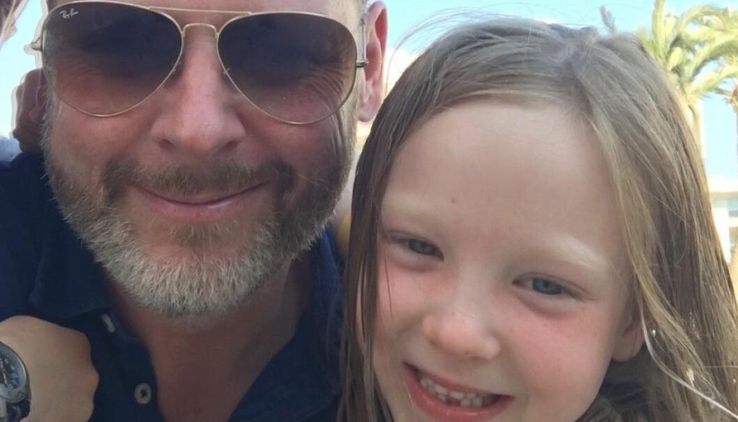 Trond Ivan Blomsø med datteren Thea på ferie i Spania i fjor sommer.