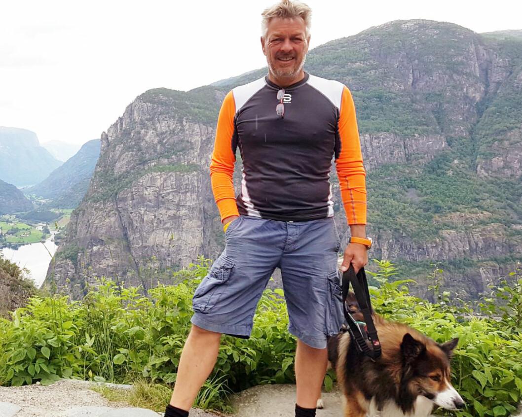 Erik Lea jobber gjerne seksti-timersuker, men får likevel alltid tid til en daglig tur med familiehunden. Foto: Privat