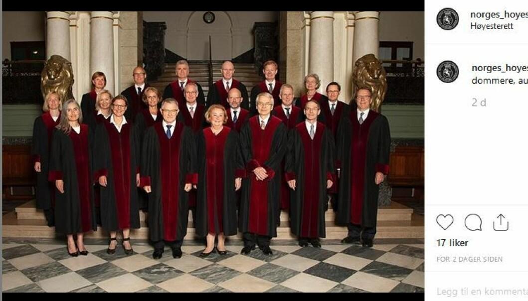 Høyesterettsdommerne avbildet i sine dommerkapper nå i august. Bildet er tatt av fotostudioet Sturlason.