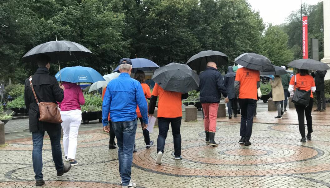 Avgang fra Universitetsplassen i et for anledningen regntungt Oslo.