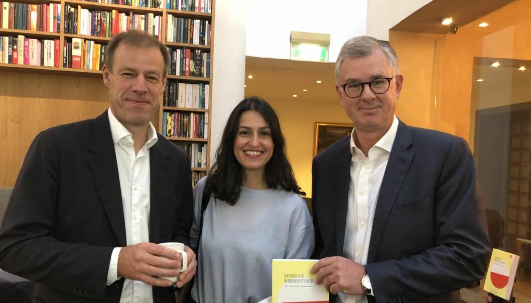 Njål Høstmælingen og Frode Elgesem har skrevet bok om næringsliv og menneskerettigheter. Her med redaktør Neslihan Cin.
