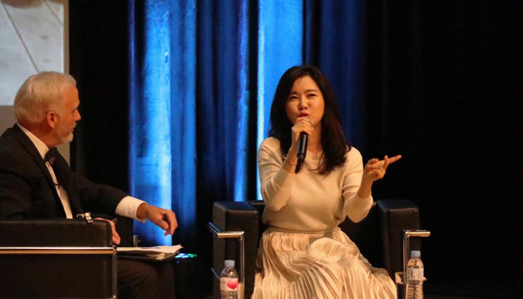 Hyenseo Lee i samtale med Mark Ellis (t.v.) under IBA-konferansen i Seoul.