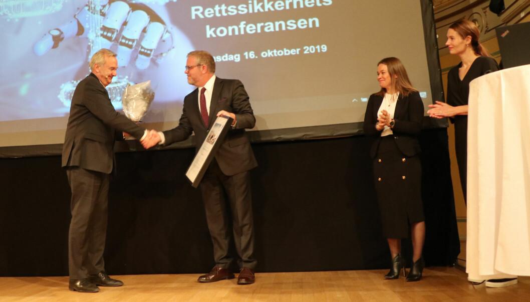 Riksadvokat Tor-Aksel Busch (t.v.) mottok onsdag rettsikkerhetsprisen for 2019 av juryleder Jon Wessel-Aas. Jurymedlemmene Susann Funderud Skogvang og Eirin Eikefjord til høyre.